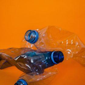 Huizen gemaakt van plastic afval
